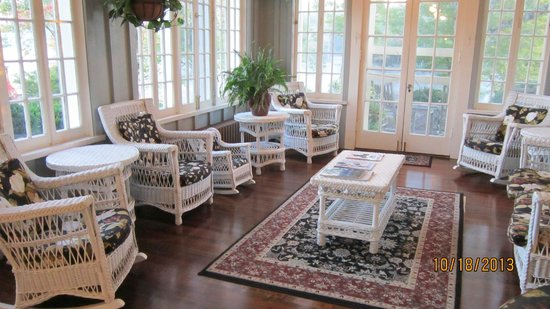The Greystone Inn: lovely wicker porch for tea and crumpets