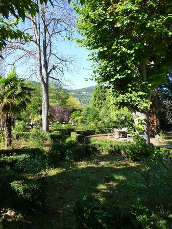 Les Marguerites : Plenty of seats to sit in the garden