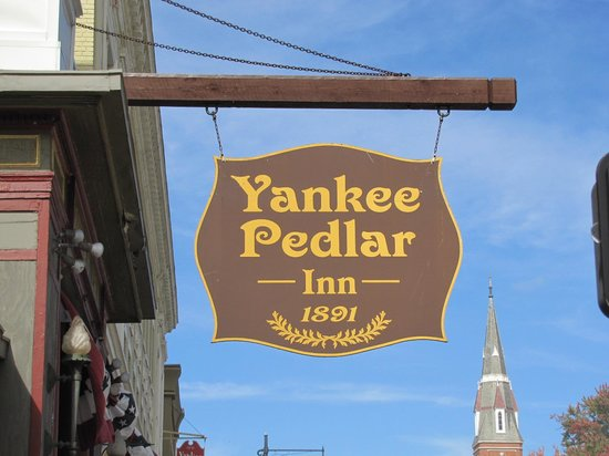 Yankee Pedlar Inn: Sign at front of Hotel; Looks nice, doesn't it?