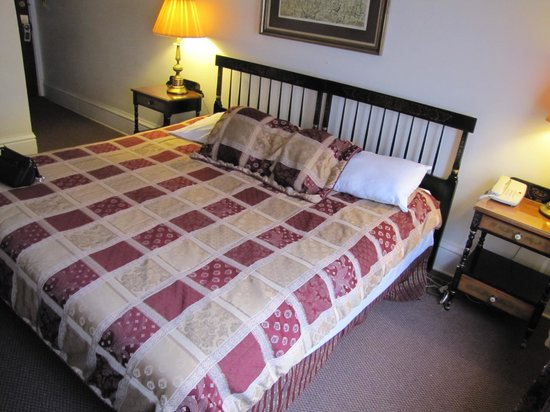 Yankee Pedlar Inn: Bed; also look at edges of carpet