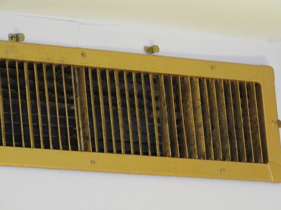 Yankee Pedlar Inn: Air vent in room