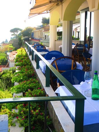 Graal Hotel Ravello: The hotel restaurant from outside