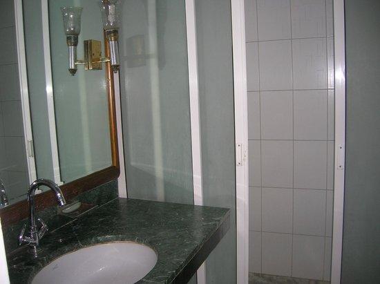 โรงแรมฮารี พิออร์โก: bathroom with plenty of water