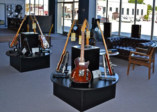 Saint Blues Guitar Workshop: Factory showroom