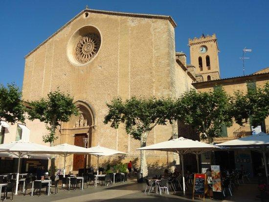 Clivia: Iglesia que preside su siempre muy animada Plaza Mayor