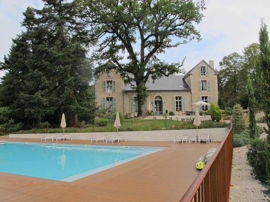 Le Castelet : la maison vue de la piscine