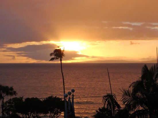 Ka'anapali Beach Club: Sunset RIGHT from our balcony!