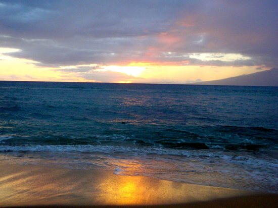 Ka'anapali Beach Club: Sunset from Ka'anapali Beach right outside!
