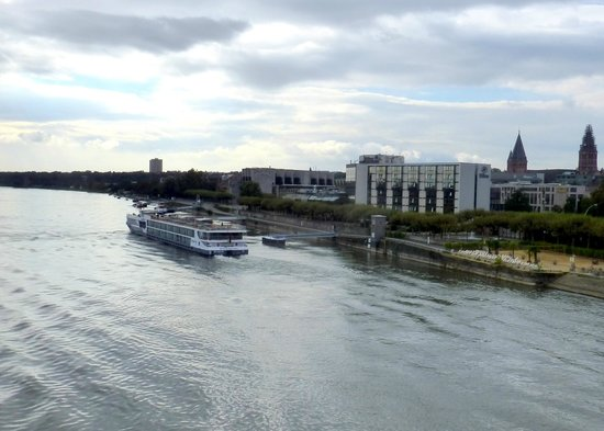 Hilton Mainz: View of hotel from the bridge