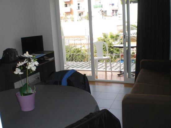 Atzavara Apartments : Coin salon ,salle à manger et son balcon