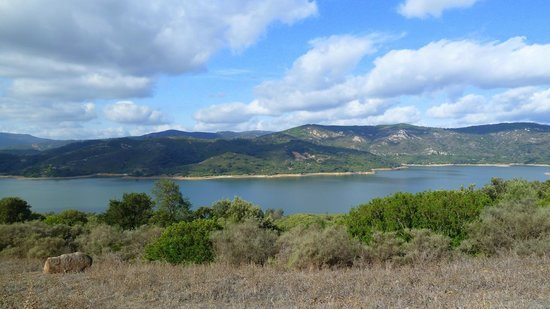 Complejo Turistico Castillo Castellar: pantano bajo el pueblo