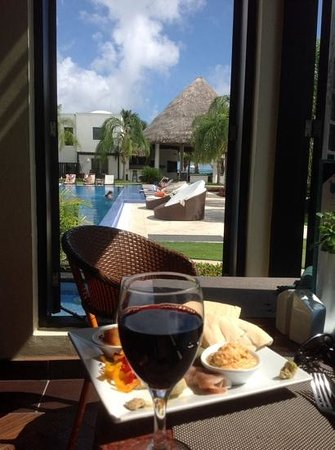 Las Terrazas Resort: Relaxing inside O