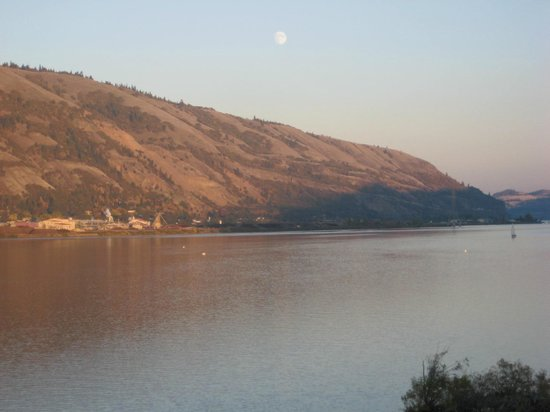 Best Western Plus Hood River Inn: Moon showing up-view from our balcony