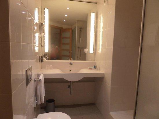 Novotel Barcelona City: bathroom