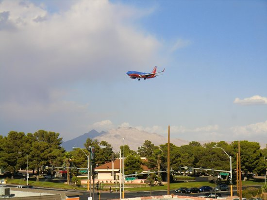 Hampton Inn & Suites Las Vegas Airport: Flugzeug im Landeanflug
