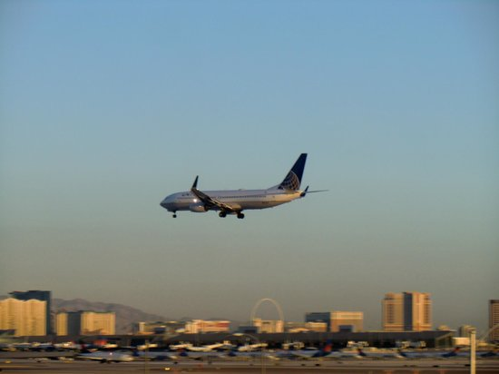 Hampton Inn & Suites Las Vegas Airport : Flugzeug im Landeanflug