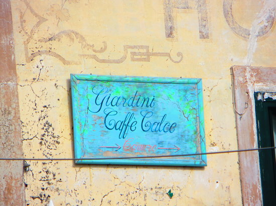 Caffe' Calce I Giardini: The old sign high up on the wall