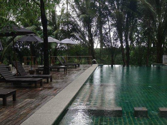 Haadson Resort : Pool - yep was raining so couldnt enjoy it unfortunately :(
