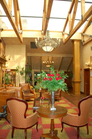 The Pillar and Post Inn, Spa and Conference Centre : Beautiful lobby with red roses everywhere