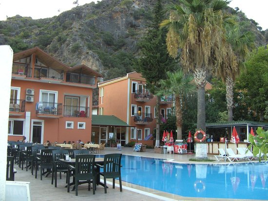 Akdeniz Beach Hotel: Rooms surrounding pool area