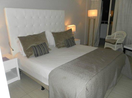 Atlantica Bay Hotel: Very comfy bed.