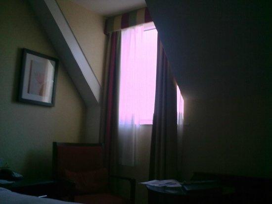 York Marriott Hotel: Gloomy Attic Room - Room 312