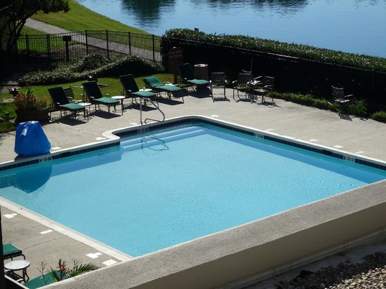 DoubleTree Suites by Hilton Hotel Raleigh-Durham: Heated outdoor pool!