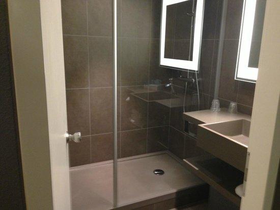 Novotel Manchester Centre: De kleine badkamer met grote douche