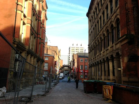Novotel Manchester Centre: Straat/steeg voor de ingang van het hotel
