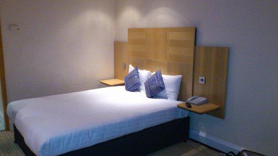 Sandman Signature London Gatwick Hotel: Nice size bed & room