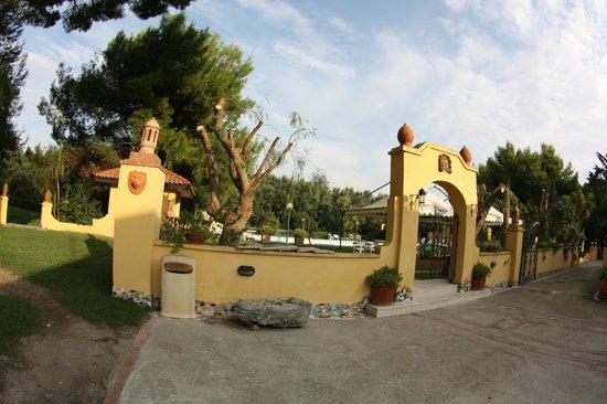 Hotel Villa Rita: leading to garden