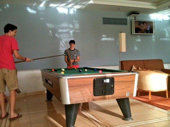Pestana Alvor Park Hotel: The Boys enjoying a game of pool in the bar area...