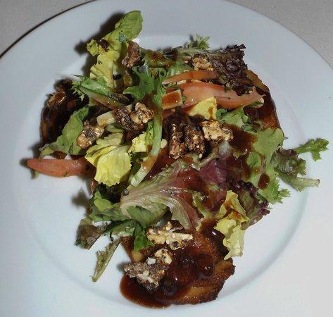 Gowlland Harbour Resort: Walnut & Smoked Pear salad