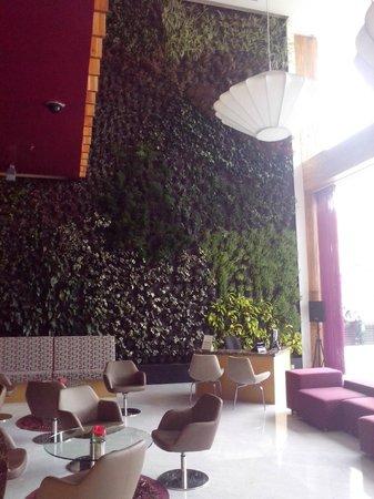 Sonesta Hotel Bogota: Lobby decorado con los hermosos jardines verticales