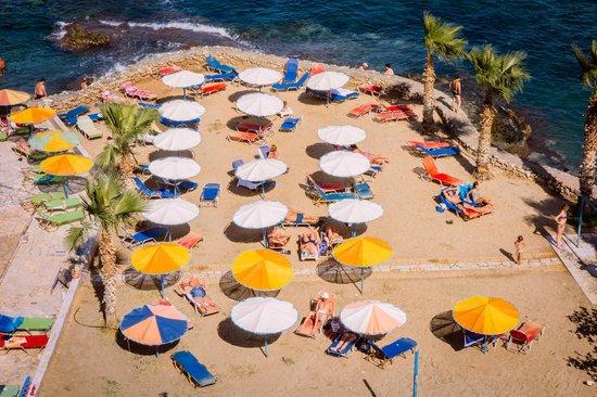 Eri Beach & Village: Plaża przy hotelu