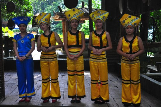 Yiling Cave Scenic Resort of Nanning: ethnic villagers