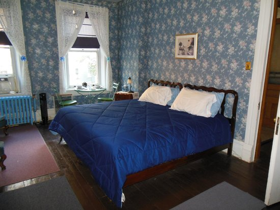 DeFeo's Manor B&B : The Blue Room