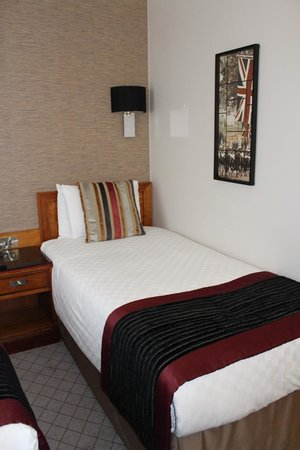 The Grosvenor Hotel: two single beds - we didnt know to ask for a specific bed but we made it work! - very comfortabl