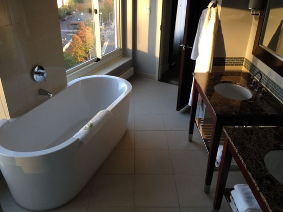 The Westin Jersey City Newport : Deep soaker tub. So heavenly!
