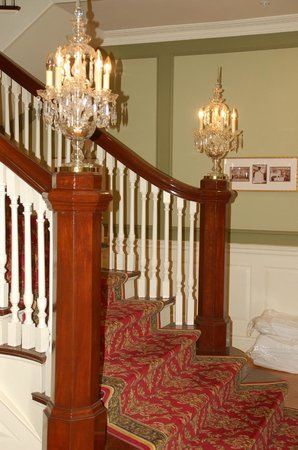 Riverbend Inn and Vineyard : Chandeliers on the stairways