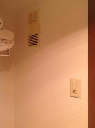 Baymont Inn & Suites Lake Dillon : Vent in bathroom