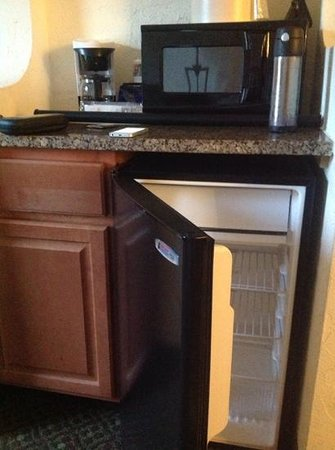 Baymont Inn & Suites Lake Dillon : Mini fridge, microwave, coffee maker storage