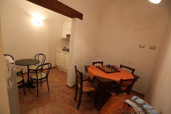 B&B da Peppe al Borgo: cucina e sala lettura