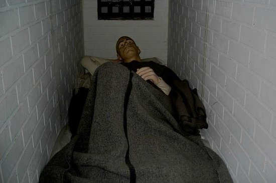 Canada's Penitentiary Museum : Original prison cell, 29 inches wide