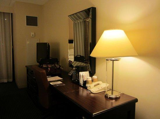 Sheraton Norfolk Waterside Hotel: desk