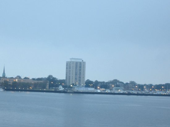 Sheraton Norfolk Waterside Hotel: day view