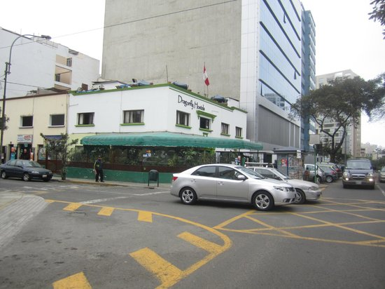 Dragonfly Hostels: l'hôtel vu de la rue, certaines chambres sont sur le toit