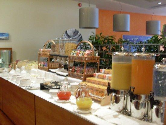 Hotel Corte Valier: Au petit-déjeuner avec toutes les différentes sortes de jus et de céréales