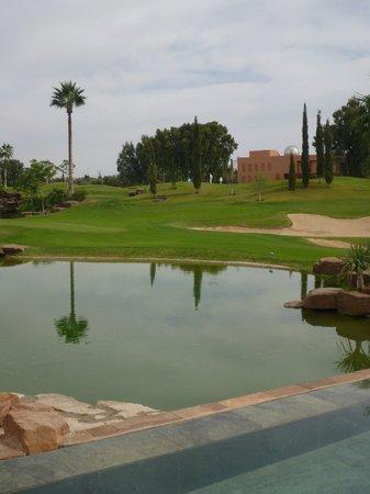 Atlas Golf Marrakech : Le bassin et le lac qui séparent le restaurant des greens