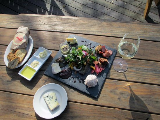Red Newt Cellars Winery & Bistro : Delicious lunch on the deck at the Red Newt!